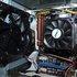 Detailansicht: 12-cm-Gehäuselüfter links, CPU mit Kühlkörper und Lüfter rechts. Dazwischen die Heatpipe mit Kühlkörper. Links der Heatpipe das Parallelport-Kabel.