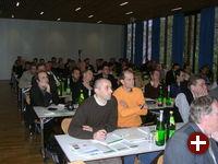 Das Publikum lauscht gebannt dem Vortrag