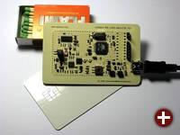 Der OpenPICC im Größenvergleich mit einer SmartCard und einer Streichholzschachtel