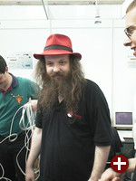Alan Cox auf Tour durch die Ausstellung.