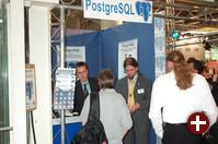 Auch immer gut beschäftigt: Die PostgreSQL-Vertreter in ihrem winzigen Stand