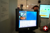 Das Forschungszentrum Karlsruhe stellt Grid Computing mit Hochgewschwindigkeits-Netzwerken vor. Das Echtzeit-Raytracing im Vordergrund wird von einem Cluster aus drei Dual-Pentium 4-Rechnern erledigt, die über Infiniband gekoppelt sind.