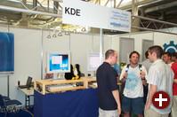 Das KDE-Projekt beantwortete die zahlreichen Fragen der vielen Besucher und stellte Kroupware und den aktuellen CVS-Stand vor. Zudem zeigte man KDE auf einem AMD Opteron. KDE 3.1.3 wird in Kürze erscheinen.