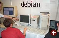 Debian verteilt CDs mit dem aktuellen Schnappschuß von ˮWoodyˮ und zeigt Linux auf verschiedenen Plattformen wie MIPS, SPARC (links) und PowerPC (rechts)