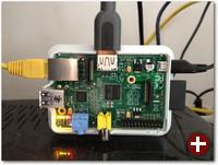 Der Raspberry Pi in einem Case mit angestecktem LAN- und HDMI-Kabel