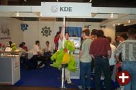 Der Stand von KDE war natürlich einer der meistfrequentierten. Auf mindestens vier Rechnern präsentierten die Entwickler die kommende Version KDE 2.2. Vielen Dank an Tackat für das Foto