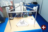 Die Forth-Gesellschaft e.V. präsentiert auf ihrem Stand einen kleinen Roboter, der Solitaire spielt. Forth, eine kompakte, Stack-basierte Programmiersprache, ist Public Domain und kann als ein frühes Beispiel von freier Software gelten.