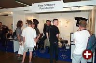 Die FSF (Free Software Foundation) verkauft an ihrem Stand Fan-Artikel und leistet Aufklärungsarbeit über freie Software und Software-Patente