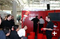 Diskussion zwischen Klaus Knopper und Daniel Riek am Stand von Red Hat
