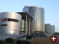 Dresden 2009: Nicht weit vom Konferenzhotel, nahe der Altstadt, befindet sich die »Gläserne Manufaktur« von Volkswagen