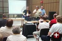 Fabian Franz und Kurt Pfeifle demonstrieren FreeNX im Vortrag