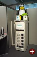 Hightech bei Compaq: ein iPAQ (links), im Prinzip ein normaler PC mit etwas ausgefallenem Gehäuse, und ein Cluster aus 4 Rechnern, auf dem SAP läuft