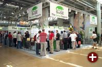 SuSE war wieder mit einem ziemlich großen Stand vertreten. Man präsentierte neben den eigenen Produkten auch Partnerfirmen, die Linux-Software anbieten.