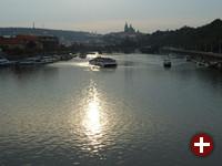 Moldau und Burg in Prag in der Abenddämmerung