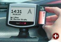 Navigationssystem mit Hand (zum Größenvergleich)