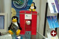 re-linux zeigte die von einem simplen Regelalgorithmus in der Schwebe gehaltene Kugel, im Arm von Tux befindet sich das Echtzeit-Linuxsystem, das die Steuerung vornimmt