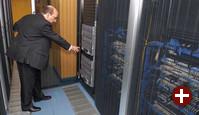 Roberto Moreno vor dem Server-Cluster