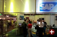 SAP hat einen der auffälligsten Stände. Dort werden hochverfügbare SAP R/3-Systeme auf Basis einer Failover-Lösung von Compaq präsentiert, ferner gibt es sapDB zum Mitnehmen und ein nettes Spielzeug, das wir später vorstellen werden...