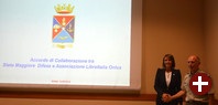 Sonia Montegiove und Ruggiero Di Biase bei der Vertragsunterzeichung