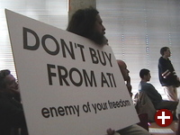 Richard Stallman mit dem Anti-ATI-Schild