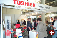 Toshiba, meines Wissens zum ersten Mal dabei, stellte unter anderem den Magnia SG20 vor, eine Server-Appliance mit eingebettetem Linux. Er kann als Allzweck-Server (ISDN, Email, Firewall usw.) fürs Büro eingesetzt werden.
