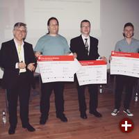 Univention-Geschäftsführer Peter Ganten mit den Preisträgern Philipp de Graaff, Philip Wendland und Sergej Schumilo