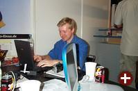 Winfried Trümper als Gast auf dem Pro-Linux-Stand. Auch er macht Fotos vom LinuxTag, die unter LinuxTag.OpenIT.de zu finden sind