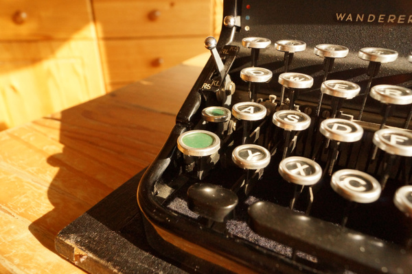 Umschalter (große grüne Taste) und Feststeller (kleine grüne Taste) einer Wanderer Continental 100; der Tastenhub des Umschalters beträgt ca. 1,5 cm